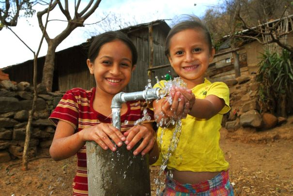 nicaragua-children-pumping-water-from-a-well-el-porveniroriginal.original
